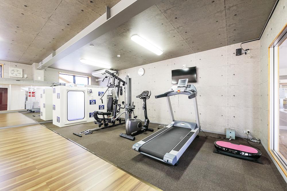 トレーニングルーム:社員の健康維持促進を図るために本社、弥彦社員食堂に酸素BOXやトレーニングマシーンを設置しています。