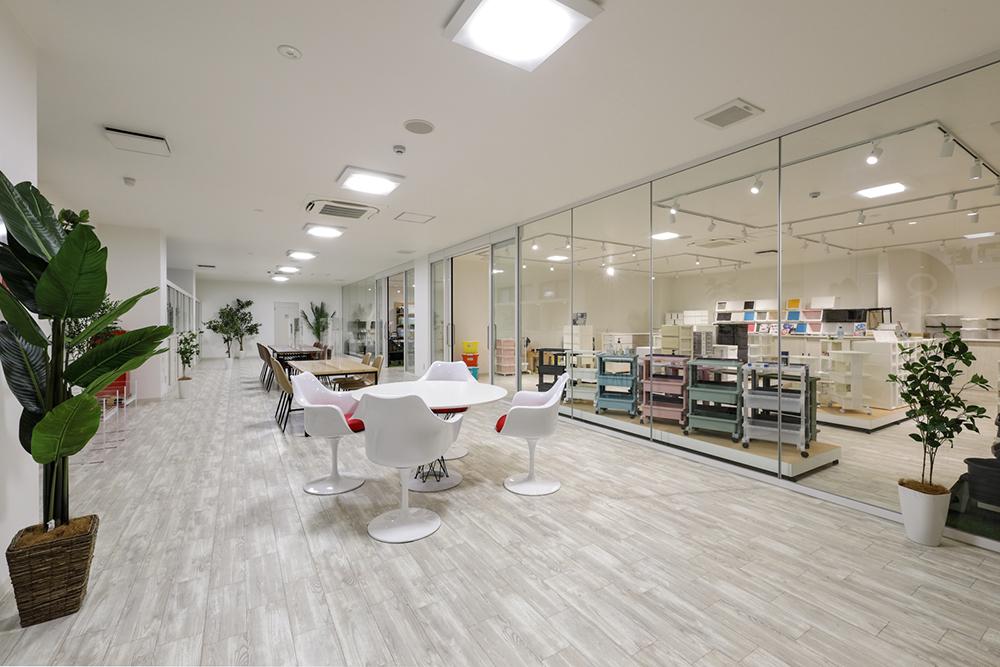 ショールーム:収納用品からキッチン、DIY、レジャー、ステーショナリーなどカラーバリエーションも豊富に取り揃えた当社製品を展示しています。