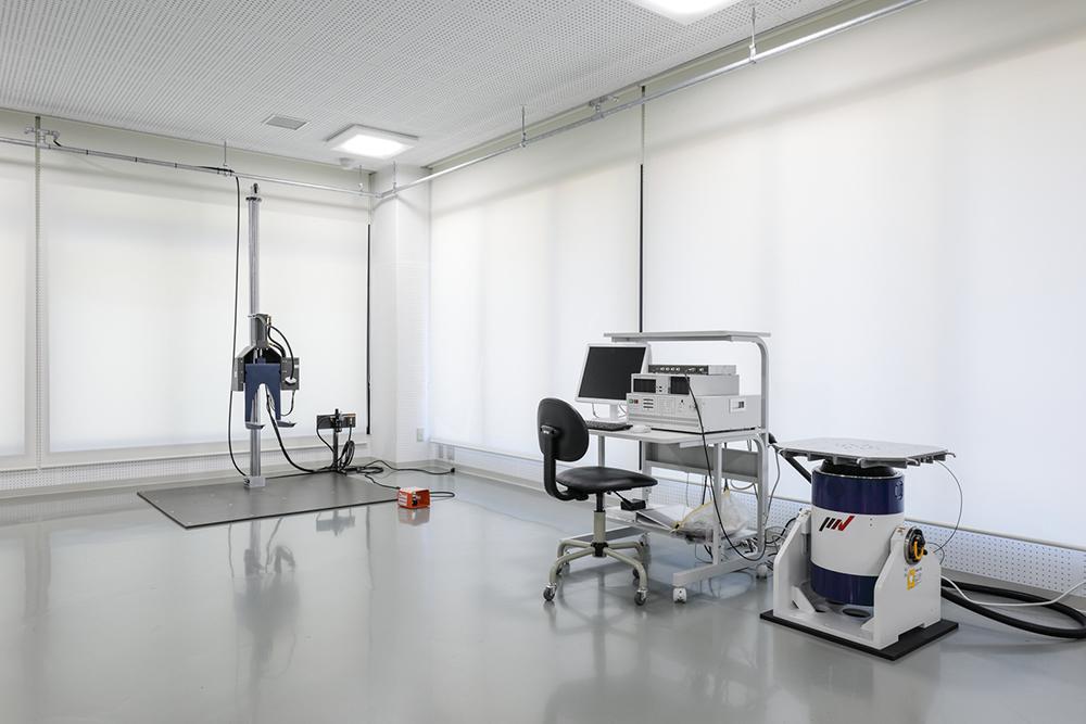 落下試験機(奥):製品や包装貨物の落下試験を精度良く行える試験機。<br /> 振動試験機(手前):製品や包装貨物が振動を受けることで発生する損傷や劣化、動作状況を検証しそれらの品質等を評価します。