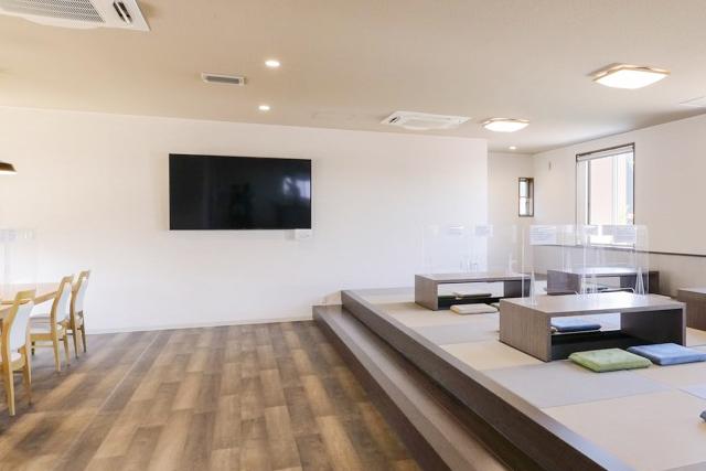 75インチTV:ビッグサイズのTVなので後席でも十分にTVを観ることが可能です。