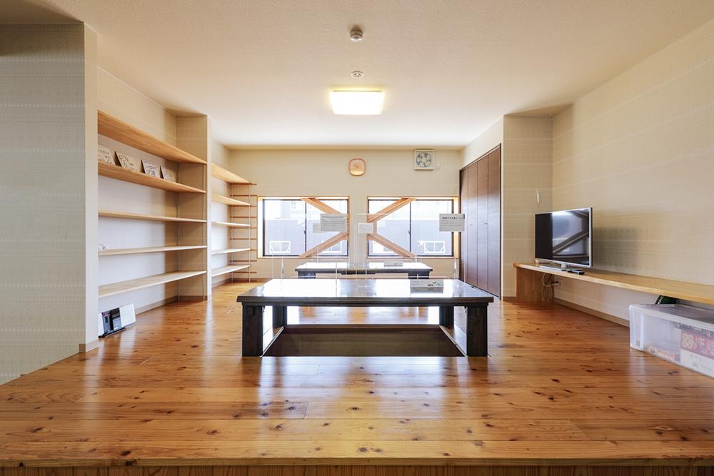 本社食堂:堀こたつやファミレス席を設置して社員が自由気ままに飲食を楽しむ場を提供します。
