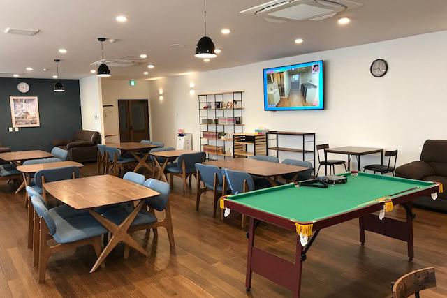 滋賀食堂:リラックス空間として漫画本やビリヤード台を導入して社内で休息と楽しみを提供します。