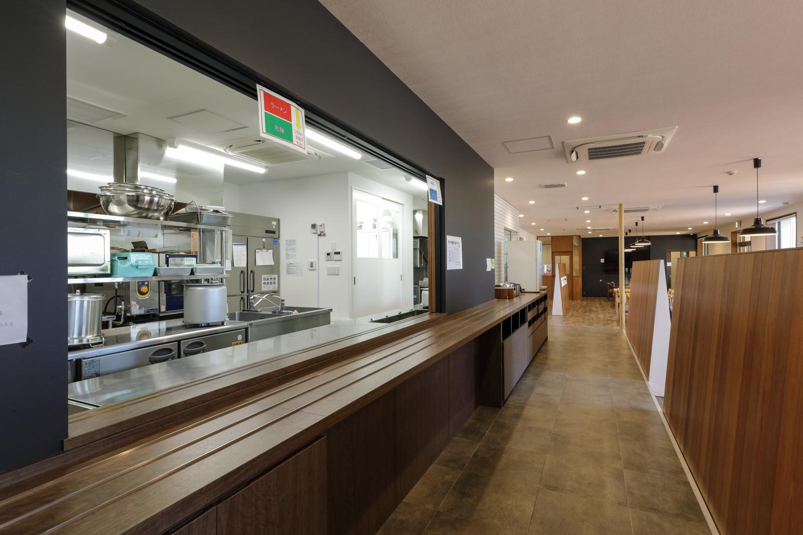 弥彦社員食堂:従業員の健康を守るため、栄養バランスにも配慮した4種類のメニューが自慢である食堂を利用してもらうことで体調不良を予防し、より良いパフォーマンスを発揮できるようにサポートします。